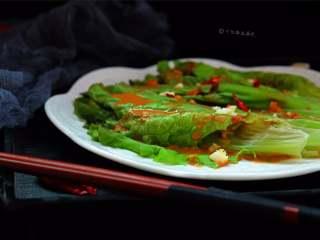 蒜蓉芝麻酱淋生菜,把汁淋在生菜上面即可
