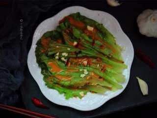 蒜蓉芝麻酱淋生菜,质地脆嫩,口感鲜嫩清香
