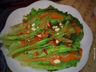 蒜蓉芝麻酱淋生菜,生菜只要简单地用开水白灼,再浇上酱汁,就非常好吃,不信试试?