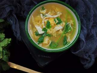 豆腐丝鸡蛋汤,一款适合冬季喝的汤,食材简单,做法易学,几分钟就能搞定的快手家常汤