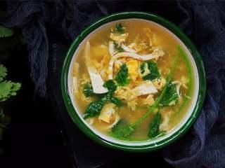 豆腐丝鸡蛋汤,几种食材的完美结合,营养全面吸收… 制作也很简单,快动手做给心爱的人吧~