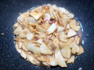 杏鲍菇炒西兰花,加入少许盐,适量蚝油,少许生抽翻炒均匀,焖2分钟。