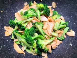 杏鲍菇炒西兰花,焖好以后,倒入焯好水的西兰花,快速翻炒2分钟,加入适量鸡精翻炒均匀,即可出锅。