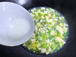 荠菜肉末豆腐羹,1小勺淀粉加水调成水淀粉后倒入锅中把豆腐勾一芡后即可熄火。