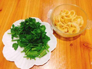 美味的芹菜炒炸猪皮,切条状