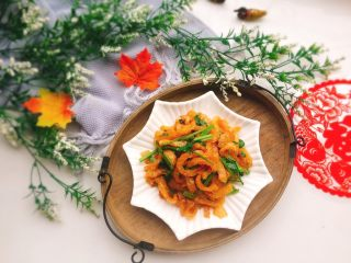 美味的芹菜炒炸猪皮