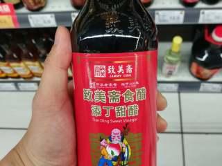 简易版猪脚姜,关于甜醋的选择,广东人十个有九个应该会选择致美斋这个牌子,致美斋的甜醋分好几种,添丁甜醋和糯米甜醋,有人说其实味道是一样的。然后就是海天牌子的,香港牌子的有八珍,选择还是因人而异吧