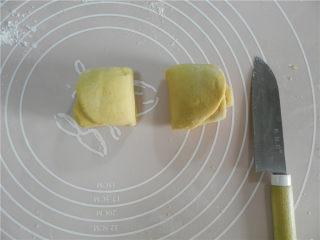 全麦南瓜玫瑰花卷,中间切断。