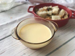 面包牛奶布丁,将牛奶淡奶油混合液倒入打散的鸡蛋并搅拌均匀。