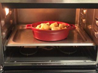 面包牛奶布丁,烤箱180度预热10分钟,放入中下层,烤制30-40分钟。
