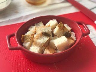 面包牛奶布丁,加入自己喜欢的<a style='color:red;display:inline-block;' href='/shicai/ 2874/'>果干</a>,我加的是地瓜干和葡萄干。