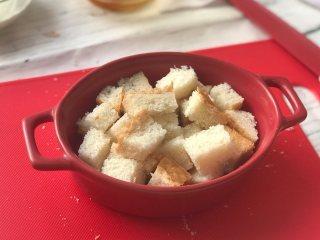 面包牛奶布丁,吐司切成小块儿装入烤碗中。