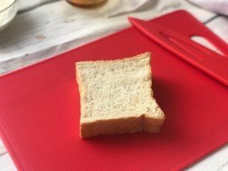 面包牛奶布丁,准备好<a style='color:red;display:inline-block;' href='/shicai/ 585/'>吐司</a>1-2片。