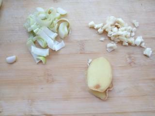 白菜炖豆腐粉条,葱姜蒜切好备用
