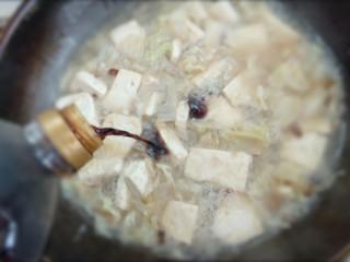 白菜炖豆腐粉条,再倒入适量的耗油和生抽