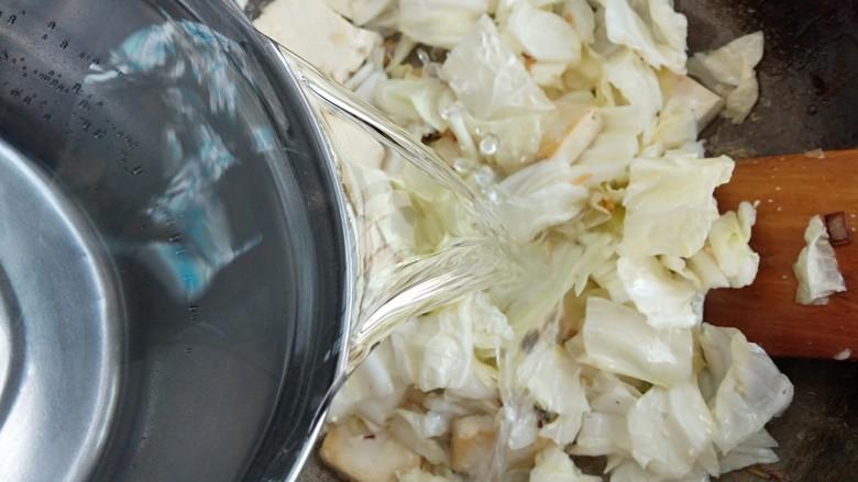 白菜炖豆腐粉条,倒入适量的清水