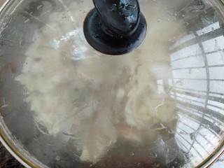 白菜炖豆腐粉条,盖盖煮开锅后再小火煮七八分钟