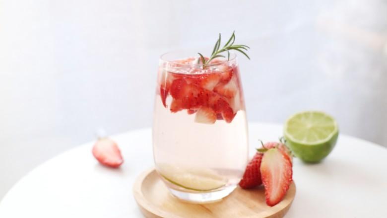 这杯粉粉的草莓气泡水,原你一个少女梦