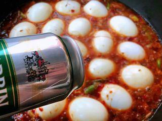 香辣啤酒卤蛋,鸡蛋放入调味料中倒入啤酒