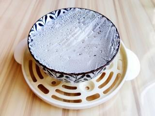 火龙果雪媚娘,用牙签戳几个小孔,开水上锅蒸30分钟。