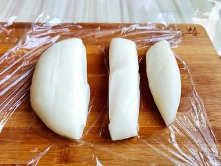 火龙果雪媚娘,揉成面团,分成长条,切小块儿。