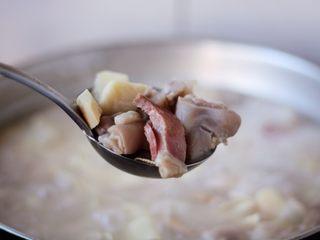 腌笃鲜(猪蹄版),春笋清脆、肉质酥肥。