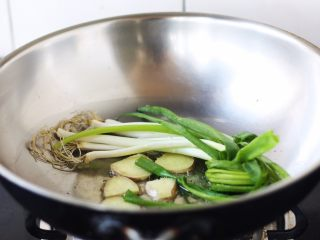 腌笃鲜(猪蹄版),旺火置锅,放入3勺的食用油,放入八角、姜片,小香葱,炒出香味。