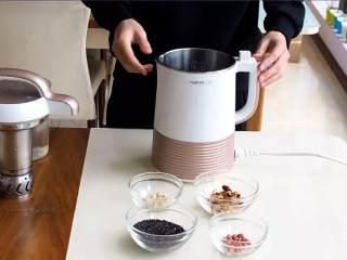 营养饮品紫米浆,把上述材料淘洗干净,连同1300ml的水放进豆浆机。