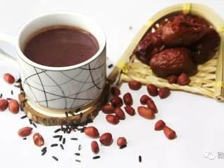 营养饮品紫米浆,材料大家可以更丰富化,根据个人喜好,放入芝麻、杞子、核桃坚果类等,喜欢带点甜味的,还可以加入适量的冰糖或牛奶进行调味。
