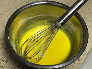 舒芙蕾芝士蛋糕,蛋黄加砂糖搅打均匀然后加入玉米淀粉搅拌均匀。