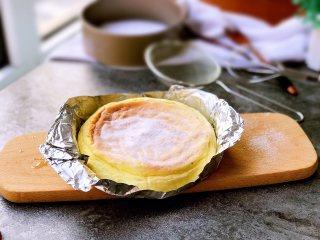 舒芙蕾芝士蛋糕,取出后表面可以撒些防潮糖粉装饰,冷藏3小时后再食用。