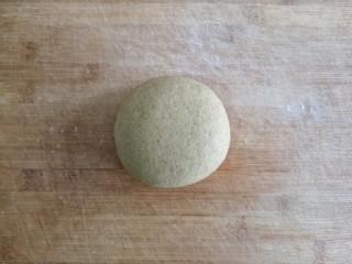 荞麦仙豆糕,揉成光滑面团,盖保鲜膜醒15-20分钟。