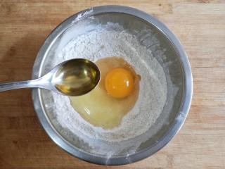 荞麦仙豆糕,打入一个全蛋,加10克玉米油。