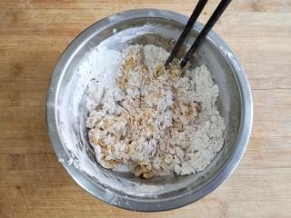 荞麦仙豆糕,搅拌成絮状。