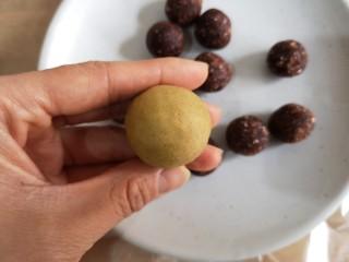 荞麦仙豆糕,收成圆球。