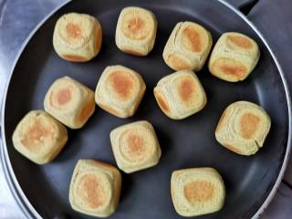 荞麦仙豆糕,中小火慢慢加热,每个面都要烘焙的,注意翻面,烘到外表达到自己喜欢的颜色即可。