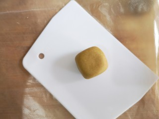 荞麦仙豆糕,然后整理成小的正方体。