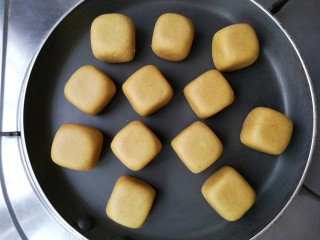 荞麦仙豆糕,将平底不粘锅预热一下,将仙豆糕坯放入锅内。