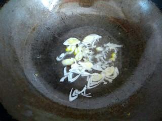 木耳蒜苔鸡蛋汤,锅中放入适量植物油,爆香葱片