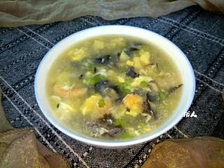 木耳蒜苔鸡蛋汤,盛入碗中