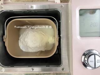 花样蝴蝶馒头,除了红曲粉和猪油之外所有的材料混合均匀,放进面包机揉成光滑的面团。馒头要想蒸出来有光滑的表面,口感好,面团一定要揉到位。揉到面粉成团之后把10g的猪油放入面团中继续揉至面团光滑,我这里揉了20分钟