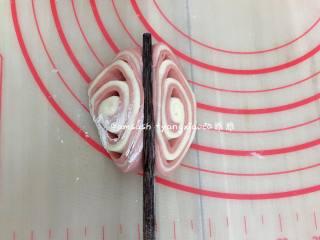 花样蝴蝶馒头,取一份切好的,三角尖朝上,用筷子在中间的位置按压一下,依次把所有的都做好