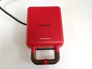 奶油水果华夫饼,给华夫饼机烤盘刷上一层薄薄的食用油,然后通电预热1-2分钟。