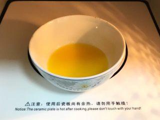 奶油水果华夫饼,<a style='color:red;display:inline-block;' href='/shicai/ 887/'>黄油</a>入微波炉加热20~30秒至融化。