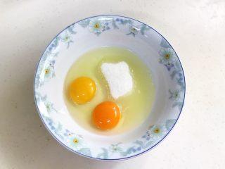 奶油水果华夫饼,往大碗内加入<a style='color:red;display:inline-block;' href='/shicai/ 9/'>鸡蛋</a>和细砂糖,用手动打蛋器拌匀。