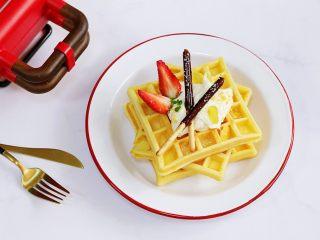 奶油水果华夫饼,打发好的奶油抹在华夫饼上,继续放上草莓、巧克力饼干棒。