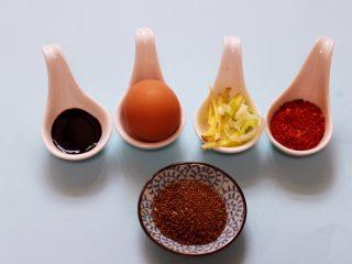 香辣孜然鸡胗串,准备好腌制鸡胗的调料。