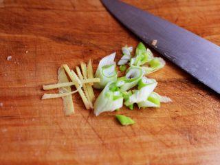 香辣孜然鸡胗串,葱和姜用刀切成丝。