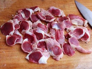 香辣孜然鸡胗串,把洗净的鸡胗用刀切成薄片。