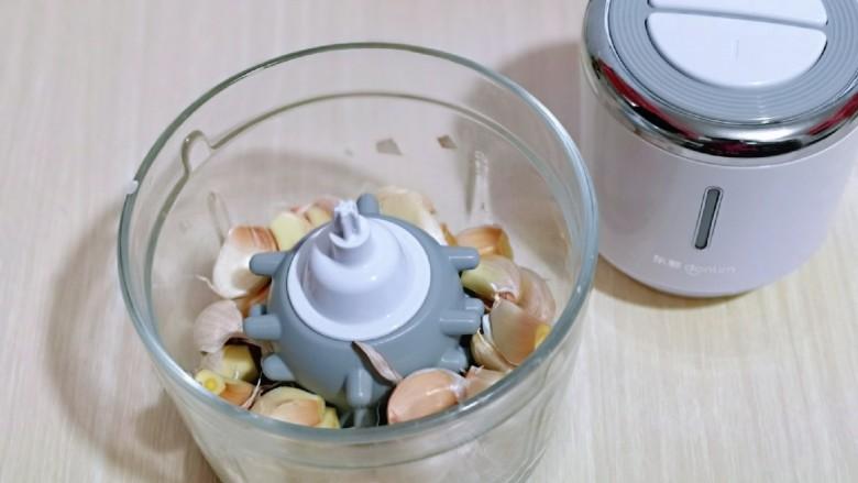 自制蒜蓉辣酱,将蒜瓣放入绞肉机中。(换上剥蒜器)